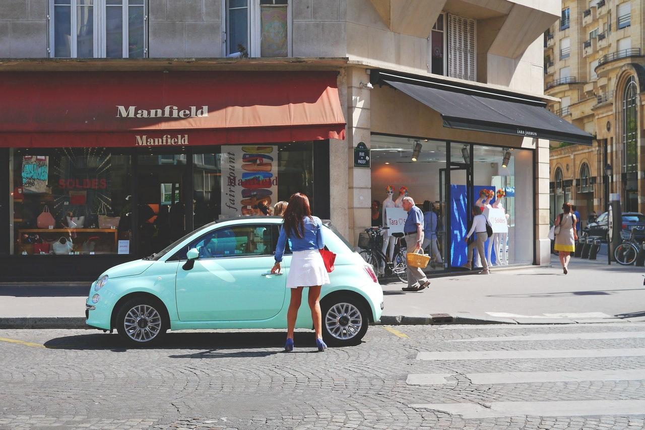 Jeune à sa voiture