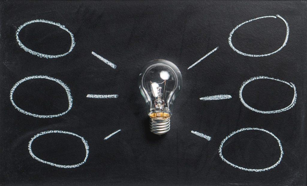 Ampoule représentant des idées avec des bulles